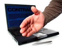 Apretón de manos, computadora portátil, contrato Fotografía de archivo