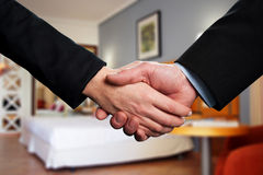 Apretón de manos entre dos socios comerciales Imagen de archivo