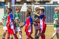 Apretones de manos del fútbol del fútbol menor Fotos de archivo libres de regalías