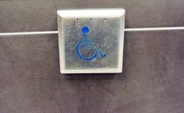 Apri della porta del pulsante di handicap immagini stock