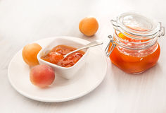 Apricot jam in bowl and apricots Stock Photography
