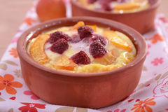 Apricot and raspberry clafoutis Royalty Free Stock Images