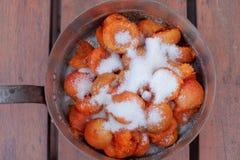 Apricotes brilhantes que cobrem o açúcar que prepara-se para o doce caseiro fotos de stock