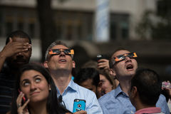 Apriete considerar para arriba el eclipse 2017 en New York City Imagen de archivo libre de regalías
