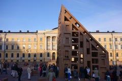 Apriete construyendo rascacielos de la cartulina en la noche del festival de artes en Helsinki, Finlandia Fotos de archivo libres de regalías