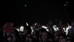 Apriete en concierto grande delante de luces brillantes de la etapa almacen de metraje de vídeo