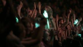Apriete en concierto grande delante de luces brillantes de la etapa almacen de video