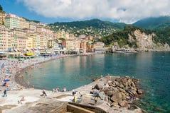Apriete en la playa de Camogli durante una tarde soleada Foto de archivo libre de regalías