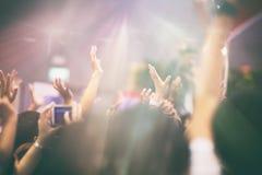 Apriete en las luces de la etapa del concierto, fondo borroso Imágenes de archivo libres de regalías