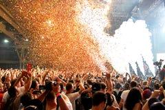 Apriete en un concierto, mientras que lanza confeti de la etapa en el festival del sonar Fotos de archivo libres de regalías