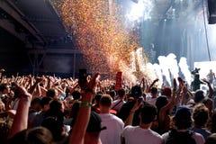 Apriete en un concierto, mientras que lanza confeti de la etapa en el festival del sonar Fotos de archivo