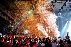 Apriete en un concierto, mientras que lanza confeti de la etapa en el festival del sonar Foto de archivo