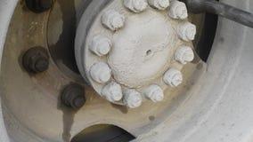 Apriete las nueces en la rueda para prevenir y para probar al aire libre en luz natural almacen de metraje de vídeo