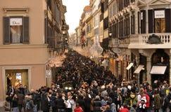 Apriete para hacer compras adentro vía Condotti en Roma Fotos de archivo
