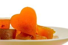 Aprikos för gelé för kanderad frukt i form av hjärta på isolerad bakgrund Arkivbild