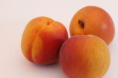 Aprikos på vit bakgrund Arkivfoton
