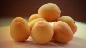 aprikosar Nya och mogna organiska aprikors på tabellen Bio frukter lager videofilmer