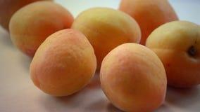 aprikosar Nya och mogna organiska aprikors på tabellen Bio frukter arkivfilmer