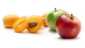 Aprikosar och äpplen Arkivfoton