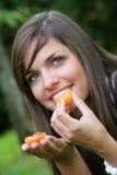 aprikosar som äter kvinnabarn Royaltyfria Bilder