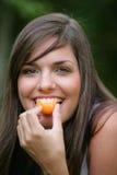 aprikosar som äter kvinnabarn Royaltyfri Bild