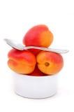 Aprikosar som isoleras med teaskeden Arkivbild