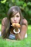 aprikosar som rymmer kvinnan ung Arkivfoto