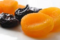 aprikosar torkade plommoner Arkivbild