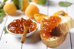 Aprikosdriftstopp och bröd Royaltyfri Bild