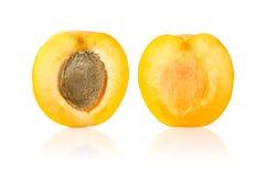 Aprikose geschnitten zur Hälfte Stockbilder