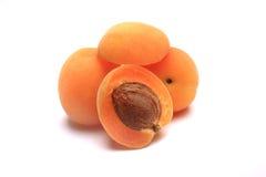 Aprikose geschnitten zur Hälfte auf Weiß Lizenzfreies Stockfoto