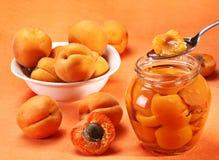 Aprikose im Löffel Stockbilder