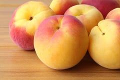Aprikosen auf dem Tisch Lizenzfreies Stockfoto