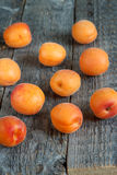 Aprikosen auf hölzernem Hintergrund Stockfotografie