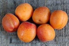 Aprikosen auf hölzernem Hintergrund Lizenzfreies Stockfoto