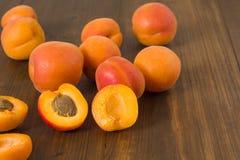 Aprikosen auf Tabelle Lizenzfreie Stockfotografie