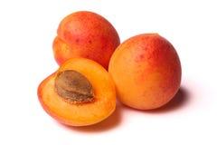 Aprikosen auf Weiß Lizenzfreie Stockbilder