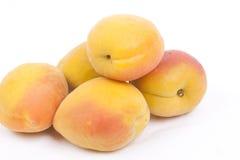 Aprikosen auf Weiß  Lizenzfreie Stockfotos