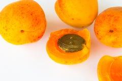 Aprikosen auf weißem Hintergrund Abschluss oben Stockfotos