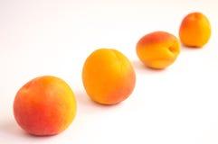 Aprikosen in der diagonalen Linie Stockbilder