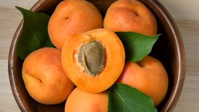 Aprikosen, die in hölzerne Schüssel sich drehen stock video footage