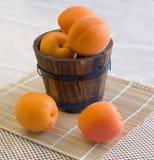 Aprikosen in einem hölzernen Eimer Stockfoto