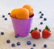 Aprikosen, Erdbeere, Blaubeere auf einem weißen Hintergrund Lizenzfreie Stockfotografie