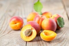 Aprikosen mit Blättern stockbilder