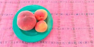 Aprikosen mit Pfirsich in einer Platte Lizenzfreie Stockbilder