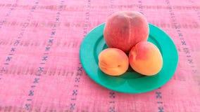 Aprikosen mit Pfirsich in einer Platte Lizenzfreie Stockfotos