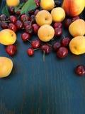 Aprikosen und Kirschen lizenzfreie stockfotos