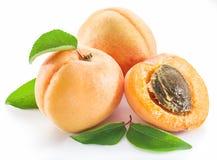 Aprikosen und sein Querschnitt auf dem weißen Hintergrund stockbilder