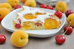 Aprikosenkuchen mit Kirschen lizenzfreies stockfoto