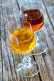 Aprikosenlikörflasche und bitteres Stockfoto